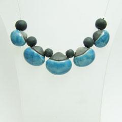 voir en détail ce bijou de création artisanale en céramique