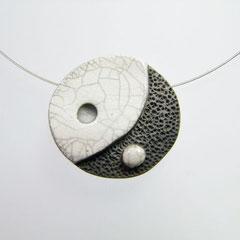 voir la description du collier contemporain noir et blanc en ceramique raku