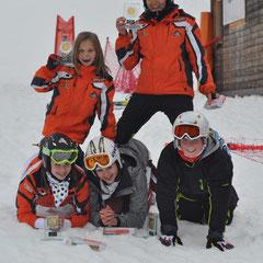 Livia Peer und Nina Mach kniend auf Katrin, Johanna und Andreas Hinterholzer