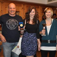 Wieder unser Zeremonienmeister mit der Clubmeisterin im Langlaufen Julia Mair und der Zweit platzierten Carina Kröll