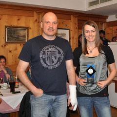 Zeremonienmeister Hans Klausner mit der Clubmeisterin Alpin Hannah Köck