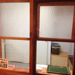 旧店舗の会計の窓をそのままはめこみました。