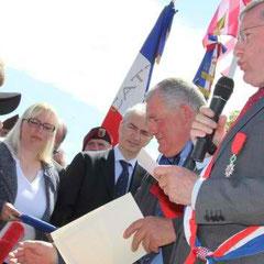 Remise solennelle des insignes de la Légion d'Honneur à trois vétérans américains à Angoville-au-Plain (dr: Ouest France) le 7 Juin