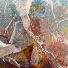 Seidenpapier auf bemaltem Hintergrund