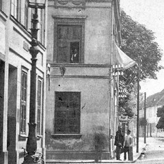 Am 01.10.1878 werden im Kaiserreich die Telegrafenämter 2. Klasse in das Postwesen eingegliedert.Das Telegrafenwesen wurde Bestandteil des Oberpostamtes. Das Bild zeigt die Telegrafenleitungen, die seit 1879 aus Richtung des Schlosses geführt werden.