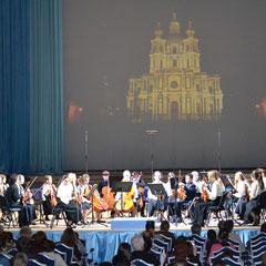 """Оркестр """"Юные симфонисты Петербурга"""" на концерте фестиваля Глория 2012 в Смольном соборе."""