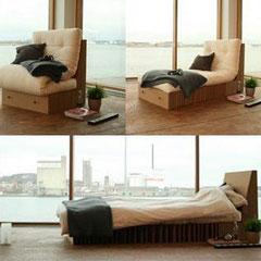 Ecochair, di DesignGroup5 un mobile multifunzionale che può essere trasformato da sedia a chaise longue o addirittura in letto. L'imbottitura è realizzata con materassi 100% cotone, mentre l'involucro è di cartone ondulato.