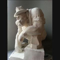 Sculpture de personnage imaginé et esquissé auparavant, environ 25cm de haut pour 10kg de terre.