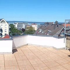 Blick von der Gemeinschaftsterrasse ( gegenüber der Wohnungseingangstür ) , mit Meerblick