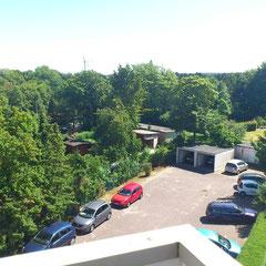 Blick vom Balkon: oberste Etage ,  ruhig gelegen  , zu den PKW- Stellplätzen und umliegenden Gärten.