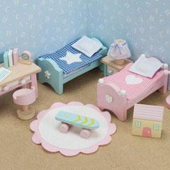 Meubles en bois pour maison de poupée