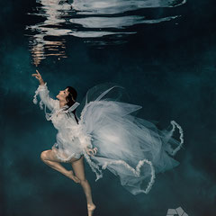 Wedding and bridal Fashion Underwater