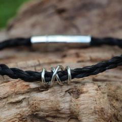 Pferdehaararmband aus Schweifhaar,   4-fach rund geflochten mit Edelstahlverschluss und handgearbeiteter Spirale aus 925/er Silber, €85,-