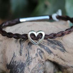 Pferdehaararmband aus Schweifhaar,   4-fach rund geflochten mit Edelstahlverschluss und Herz aus 925/er Silber, €85,-