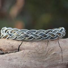 """Pferdehaararmband """"Bente"""" aus Schweifhaar, 4fach flach geflochten mit Zinndraht mit 4% Silberanteil eingefasst, Edelstahlverschluss, €55,-"""