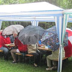 Zum Schluss schützten nur Schirme