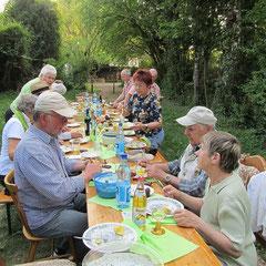 Gedeckter Tisch im Grünen mit Grüner Soße ...