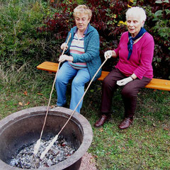 Irma Laun und Cecilia Roth: Sie kennen noch Bratäpfel und Kartoffelfeuer