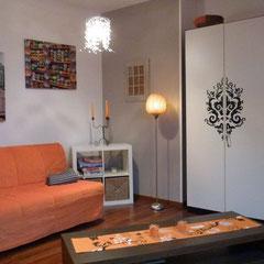 Wohn- / Schlafzimmer mit Klappsofa