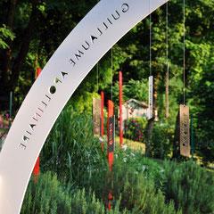 """Kakemonos """"Bijoux de Jardin"""" suspendus & Totem-Haïkus à l'Atelier-Jardin, Montlignon. Mai 2017"""