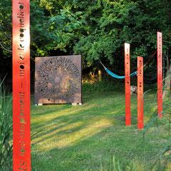 Totem-Haïkus thermolaqués & Prototype Originel XL N°0 du Mandala du Verbe Aimer à l'Atelier-Jardin, Montlignon. Mai 2017