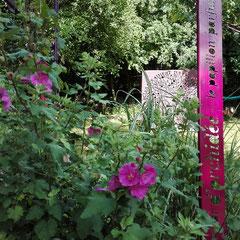 Totem-Haïkus thermolaqués & aperçu du Prototype Originel XL N°0 du Mandala du Verbe Aimer. début de floraison de notre Lavatère à l'Atelier-Jardin, Montlignon. Mai 2017