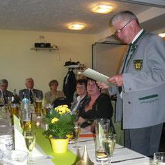 Kamerad Gerd Heinke beim verlesen der Grußbotschaft der Bürgermeisterin