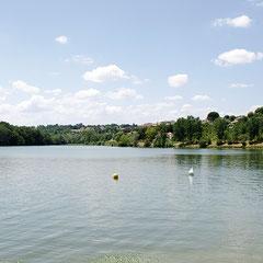 Le plan d'eau de la Thésauque propice aux balades, pique-niques et sports nautiques…