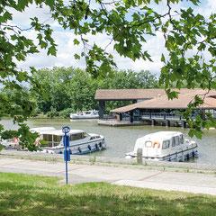 Arrêtez-vous à Port-Lauragais : La Maison de la Haute-Garonne vous fera découvrir les savoir-faire et les richesses touristiques locales, profitez du calme et de la fraîcheur des bords du canal pour pique-niquer, baladez-vous le long du Canal…