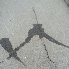 Ein langbeiniger Zirkel und eine korpulente Feder begegnen sich zufällig auf der Strasse und sagen HALLO.