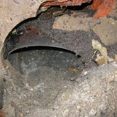 Le tuyau d'entrée en PVC gris de toutes les eaux de pluie est descendu et descellé de la maçonnerie.