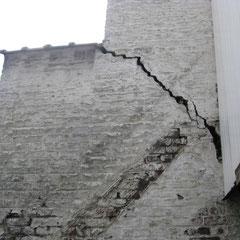 Et arrachement du mur de clôture mitoyen fissuré contre l'immeuble