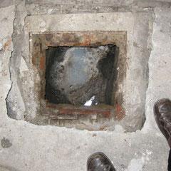 Dans la chambre de visit, 1 tuyau de sortie en grès 4 cm plus haut que le tuyau d'entrée en PVC + 1 décharge de buanderie et douche.