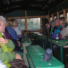 30 Landfrauen auf dem Planwagen