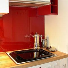 Küchen-Rückwand in rot lackiertem Glas