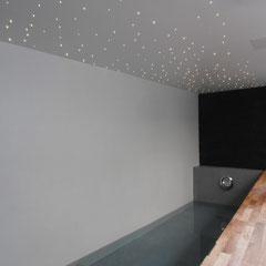 Piscine avec plafond étoilé