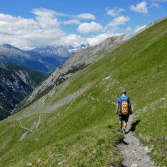 Der Weg vom Murtersattel zur Chamanna Cluozza mit Ausblick ins gleichnamige Tal.
