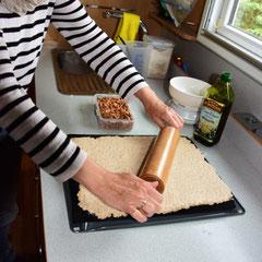 Teig auf Kuchenblech ausrollen