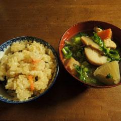 千屋の一番の郷土料理、ヒメノモチを使った山菜おこわとけんちん汁☆時期により、ウコッケイの卵入おでん・千屋の餅米を使った餅の炭火焼に変ります。