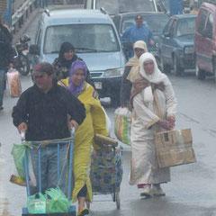 Menschen schleppen Unmengen von Gepäck