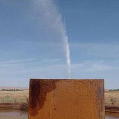 Wasserfontäne mitten in der Wüstenlandschaft