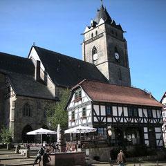"""Kirchplatz mit Café """"Alte Wache"""""""
