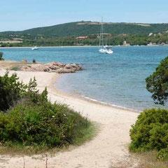 Der kleine Strand lädt geradezu zum Baden ein