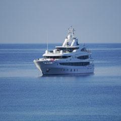 Eine große Yacht vor Palmira-Beach