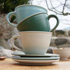 große Kaffeetassen mit Untertellern