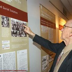 Der in die USA emigrierte Wittenberger Ehrenbürger Richard Wiener (* 1927) zeigt auf ein Foto seines Wittenberger Cousins