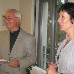 Die Leiterin der Stadtbibliothek, Ines Thoermer, dankt mit einem Erinnerungsgeschenk