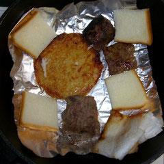 朝のBBQ 肉とハッシュポテトと食パン