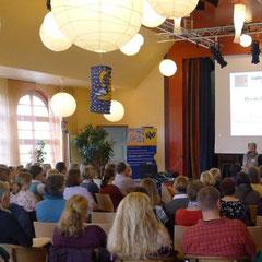 Frau Büngel, Vorsitzende des Kreisverbands Hannover, begrüßt die TeilnehmerInnen.