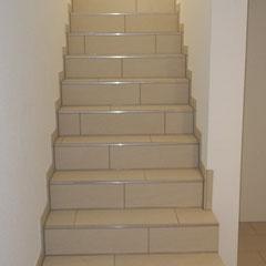 Feinsteinzeug-Fliesen als Treppenbelag im Wohnraum